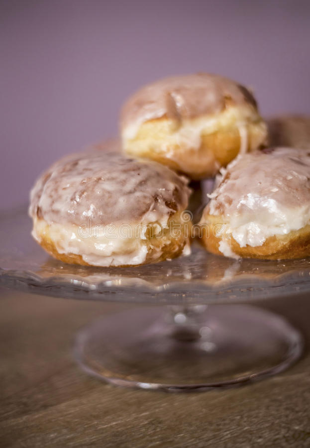 donuts kłama na dekoracyjnym talerzu obraz royalty free