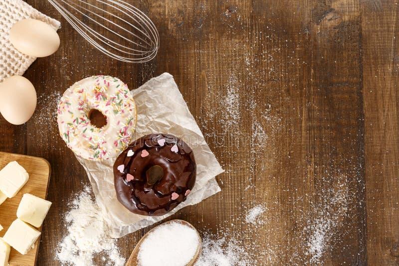 Donuts met ingrediënten voor hun voorbereiding stock fotografie