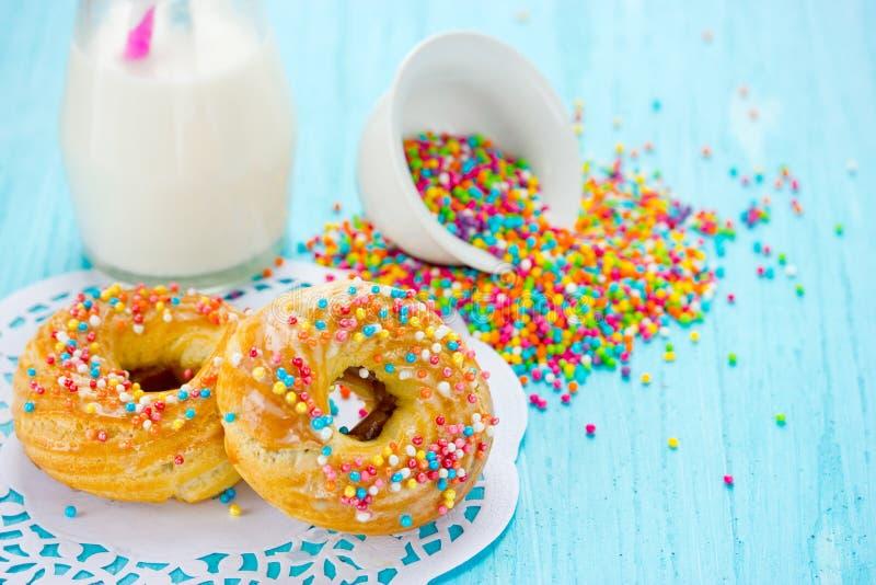 Donuts met kleurrijke suiker bestrooit royalty-vrije stock foto