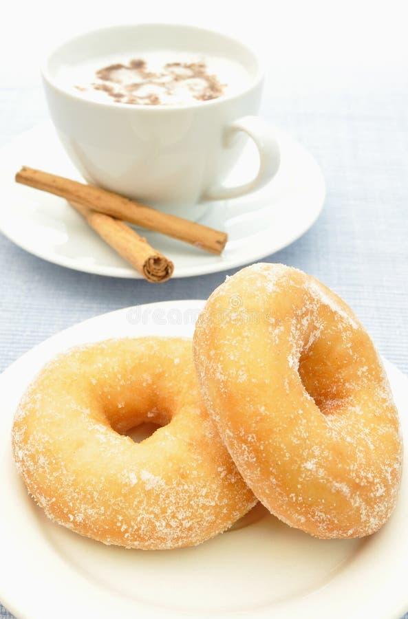 Donuts met koffie stock fotografie