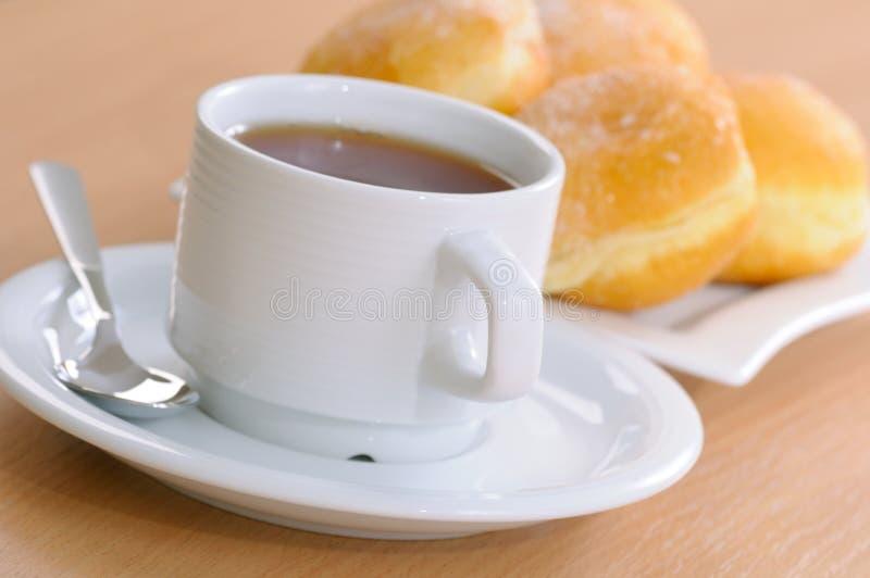 Donuts met thee royalty-vrije stock fotografie