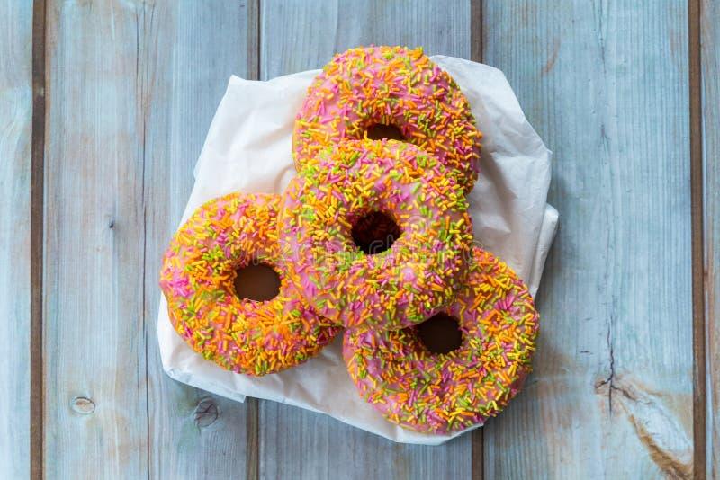 Donuts mit dem bunten Bereifen stockfotos