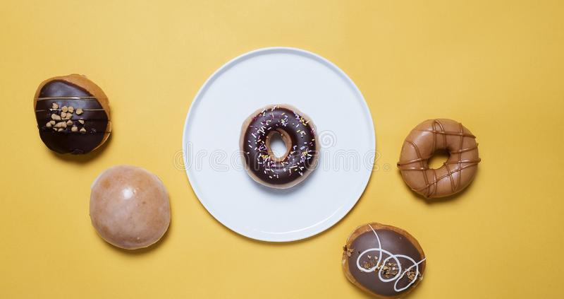 Donuts na żółtym tle zdjęcie royalty free