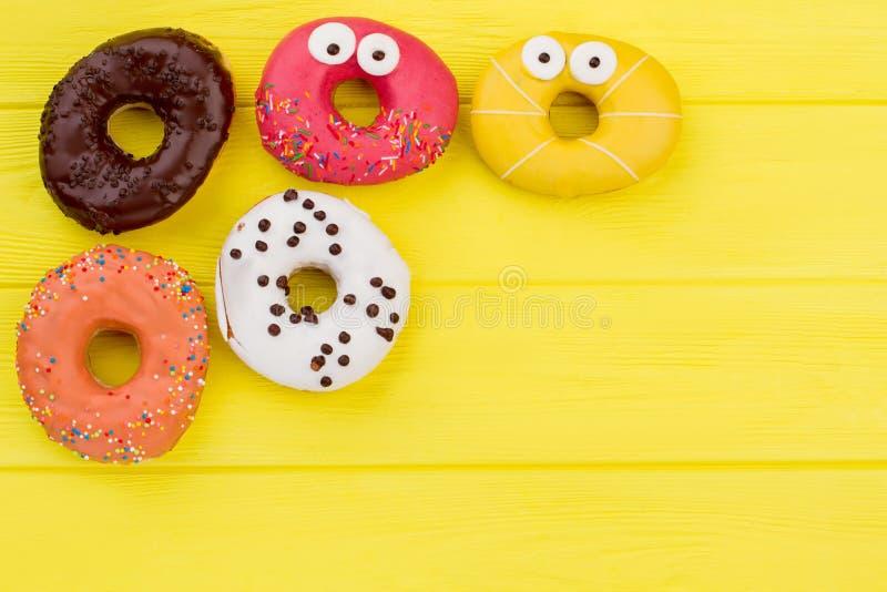 Donuts na żółtym tle z kopii przestrzenią obraz stock