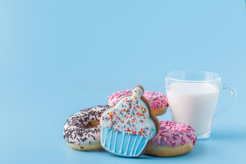 Donuts na błękicie z filiżanką mleko obraz royalty free