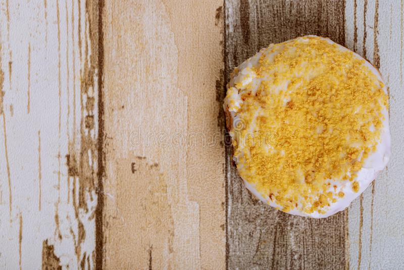 Donuts na drewnianym stole Odgórny widok z kopii przestrzenią fotografia royalty free