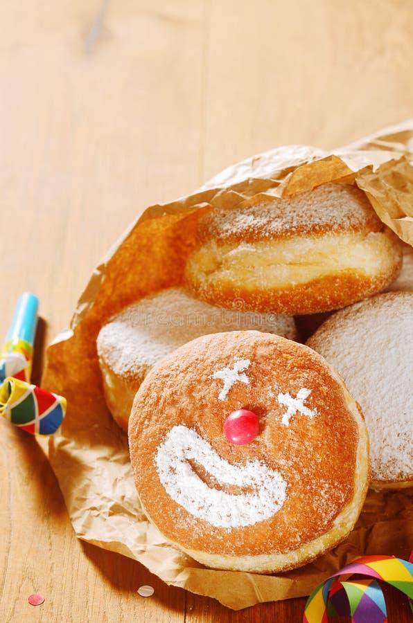 Donuts na papierze z błazen twarzy projektem fotografia stock
