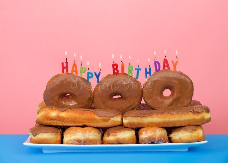 Donuts op een rechthoekige cake van de plaatverjaardag uit donuts wordt gestapeld die stock fotografie