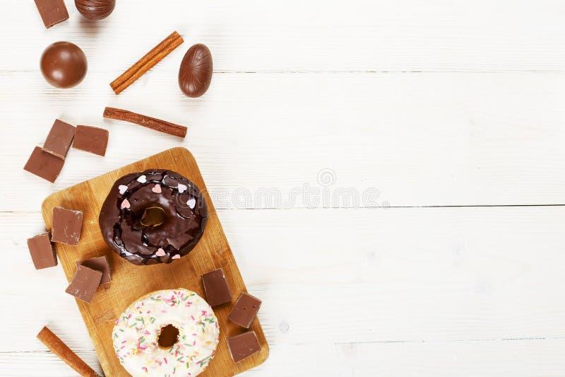 Donuts op een witte mening van de lijstbovenkant royalty-vrije stock foto's