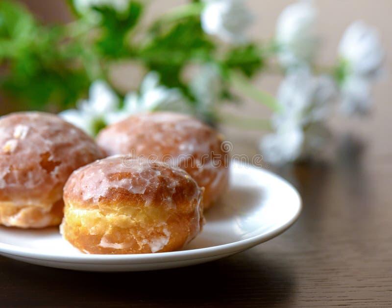 Donuts op een witte plaat op de lijst stock afbeeldingen
