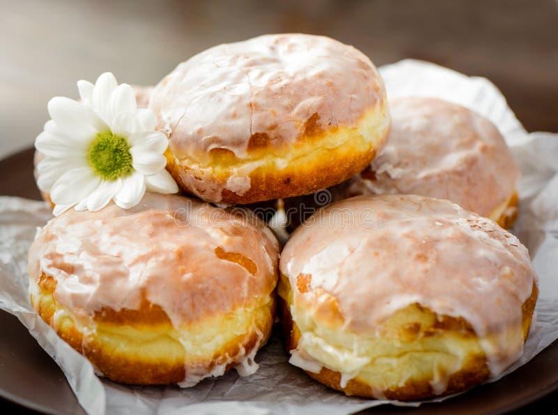 Donuts op een witte plaat op de lijst stock afbeelding