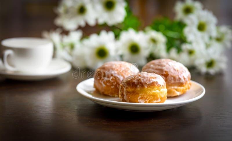 Donuts op een witte plaat op de lijst royalty-vrije stock afbeeldingen