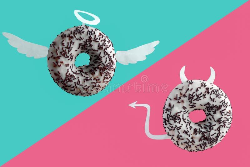 Donuts p? bl?tt och en rosa bakgrund arkivbilder