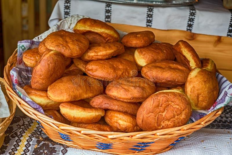 Donuts som hem göras i den vide- korgen royaltyfria bilder
