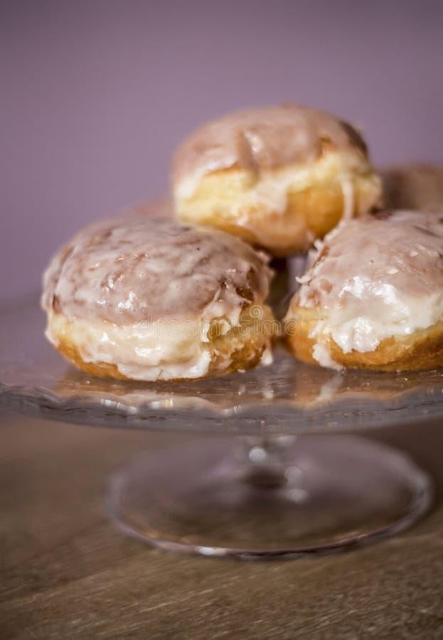 donuts som ligger på en dekorativ platta royaltyfri bild