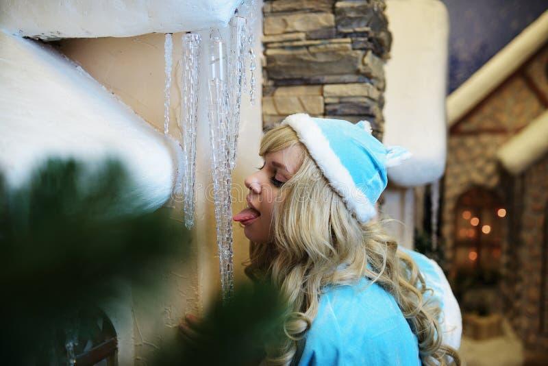 Donzela bonita da neve no interior do Natal do estúdio foto de stock royalty free