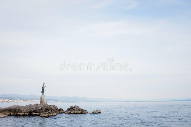 Donzela com a estátua da gaivota fotografia de stock royalty free