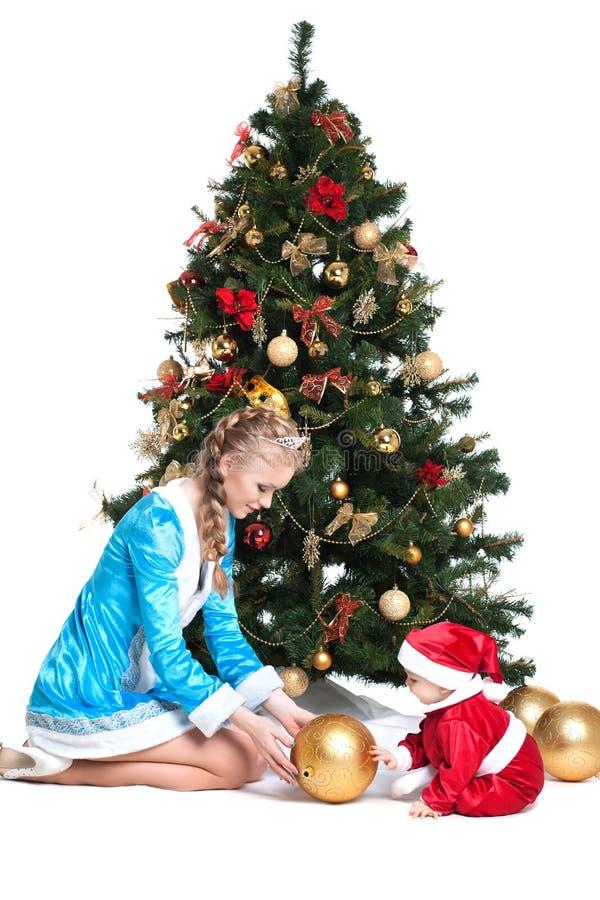 Donzela e bebê-Santa da neve com árvore de Natal fotos de stock royalty free