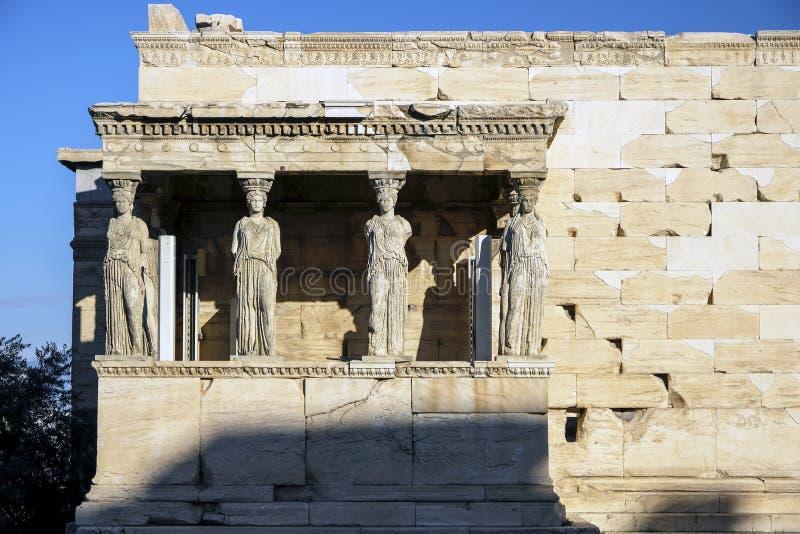 Donzelas ou cariátides do templo de Erechtheion em Atenas, Grécia foto de stock