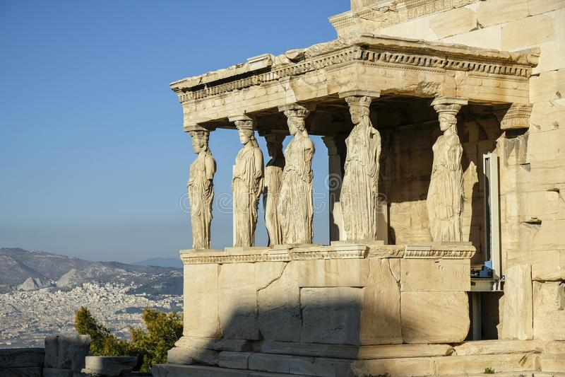 Donzelas ou cariátides do templo de Erechtheion em Atenas, Grécia fotografia de stock