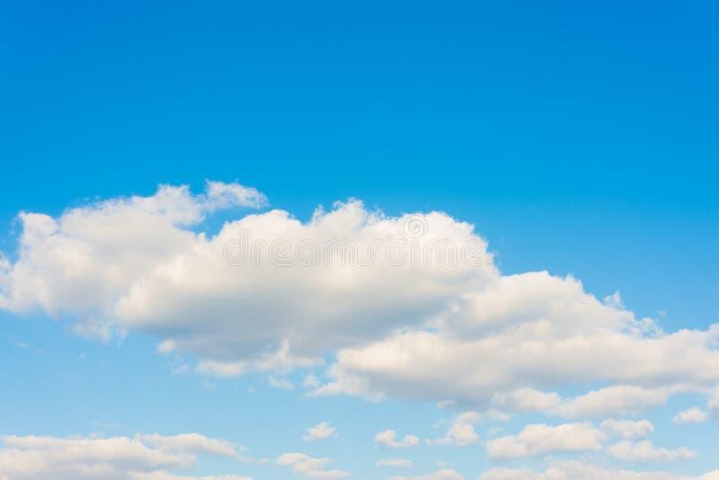 Donzige wolk en blauwe hemel op een zonnige dag royalty-vrije stock foto