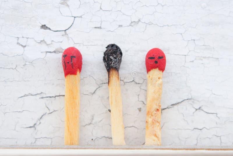 Dood van matchstick met vrienden het schreeuwen royalty-vrije stock afbeelding