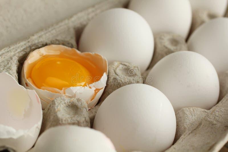 Dooier in een eierschaal royalty-vrije stock afbeeldingen