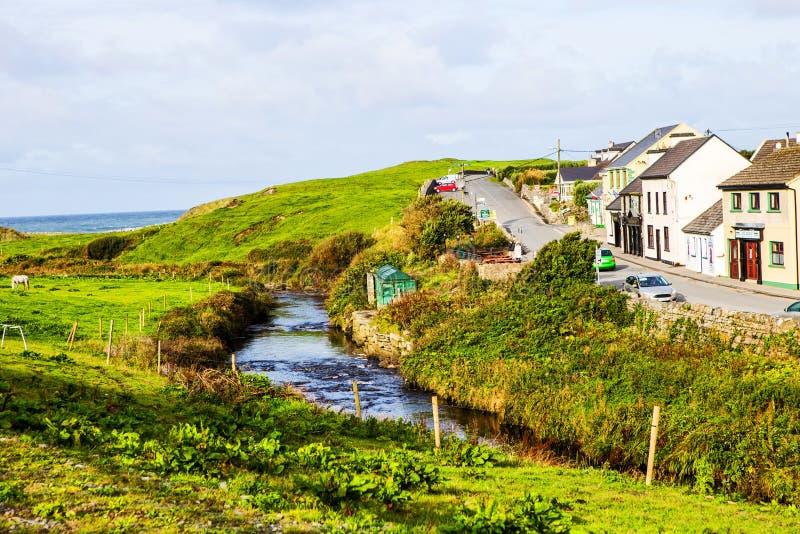Doolin大街,爱尔兰小村庄  免版税库存图片