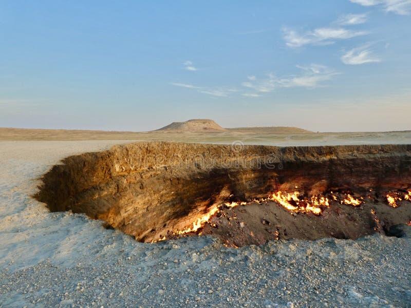 Door de hel of de Darvaza-gaskrater in Turkmenistan royalty-vrije stock foto's