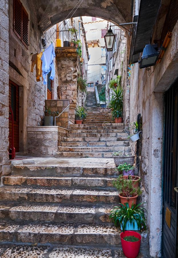 Door de straten van historische Dubrovnik stock foto's