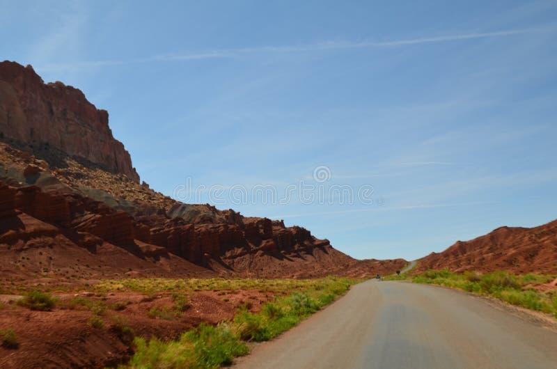 Door de woestijn stock afbeelding