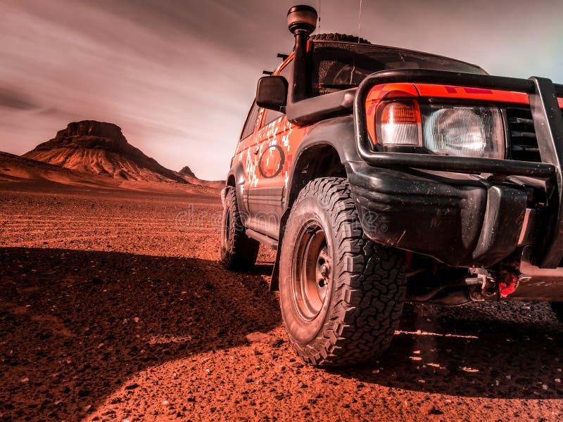 Door de woestijn in een 4x4 voertuig stock afbeeldingen