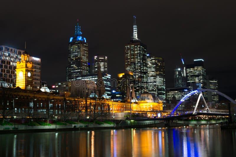 Door de Yarra-rivier in Melbourne bij nacht stock afbeelding