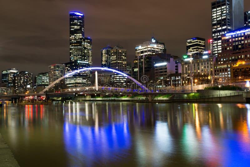 Door de Yarra-rivier in Melbourne bij nacht stock foto