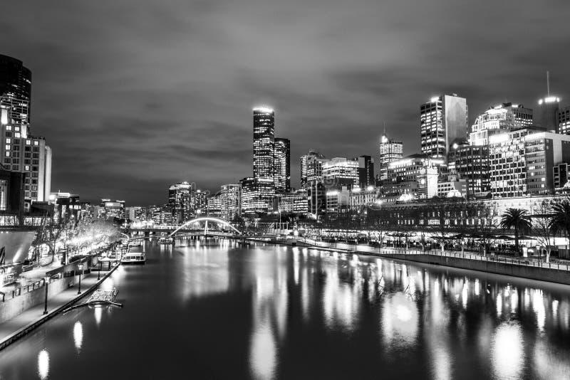 Door de Yarra-rivier in Melbourne bij nacht stock foto's
