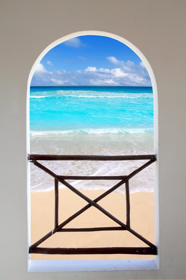 Door gezien het venster tropisch Caraïbisch strand van de boog royalty-vrije stock afbeeldingen