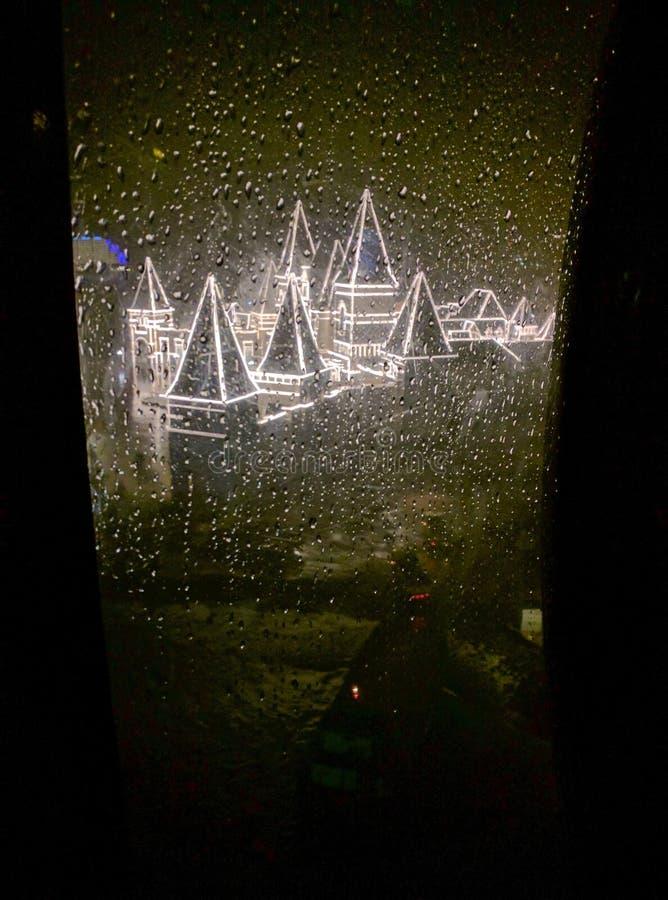 Door het regenvenster stock foto's