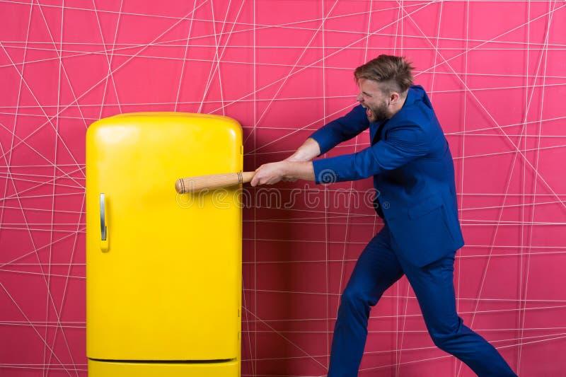 Door kracht of overtuiging sexy mens in modieus jasje Zekere zakenman in kostuum De zakenman met knuppel raakte geel stock afbeeldingen