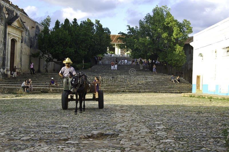 Door paarden getrokken kar die door Trinidad, Cuba doorgeven stock afbeelding