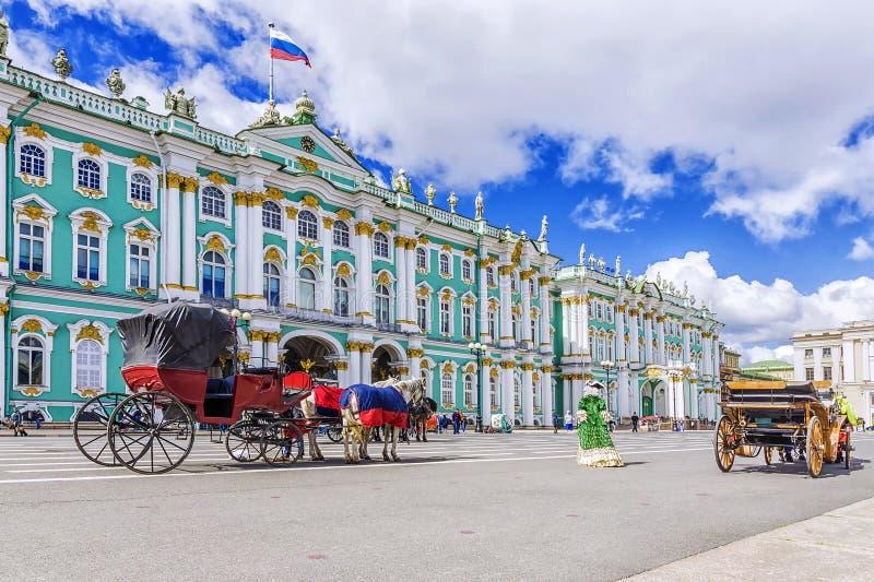 Door paarden getrokken vervoer op het Paleisvierkant in St. Petersburg stock fotografie