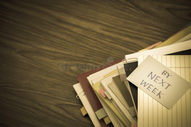 Door Volgende week; De Stapel van Bedrijfsdocumenten op het Bureau stock fotografie