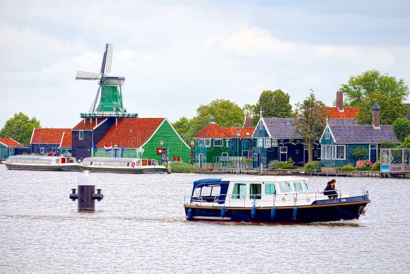 Doorblader onder de molens in Zaandam, Nederland stock afbeelding