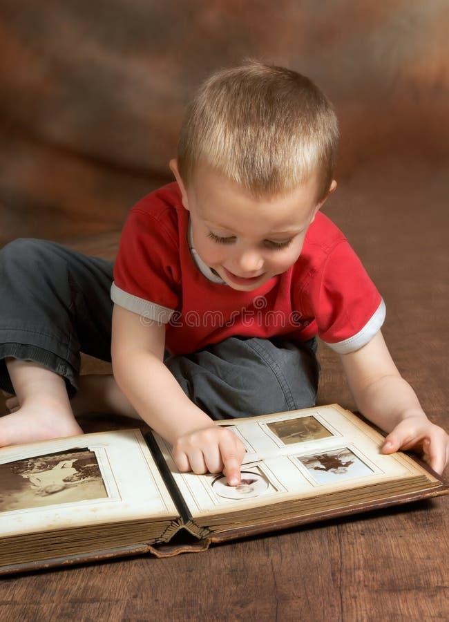 Doorbladerend familiealbum royalty-vrije stock fotografie