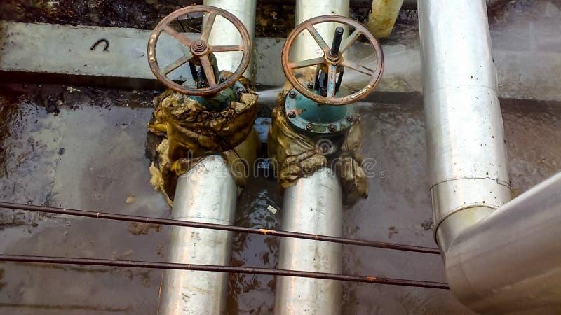 Doorbraak die op de watervoorziening van het vormingswater leggen Lekkage van de flensverbinding op de afgesloten klep royalty-vrije stock foto
