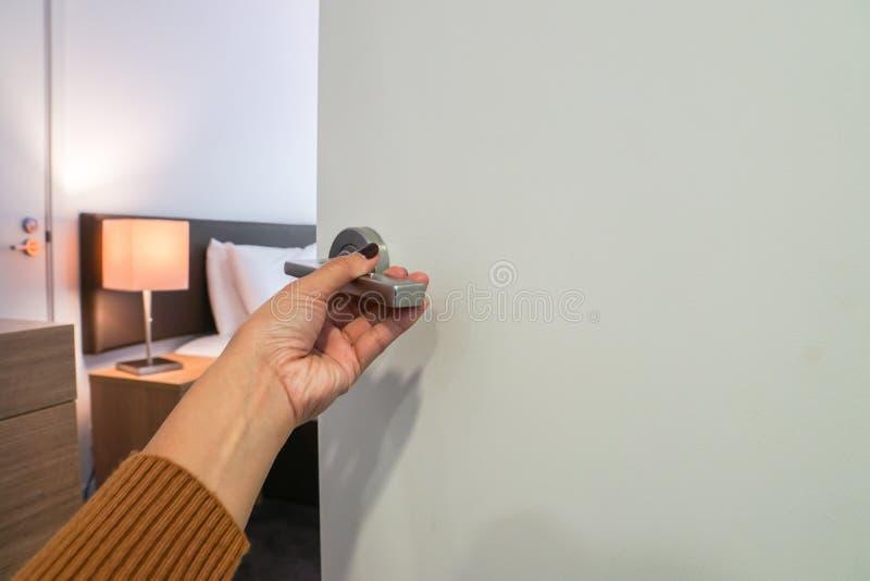 Doorknob извива руки женщины для того чтобы достигнуть мастерской роскошной спальни стоковое фото rf
