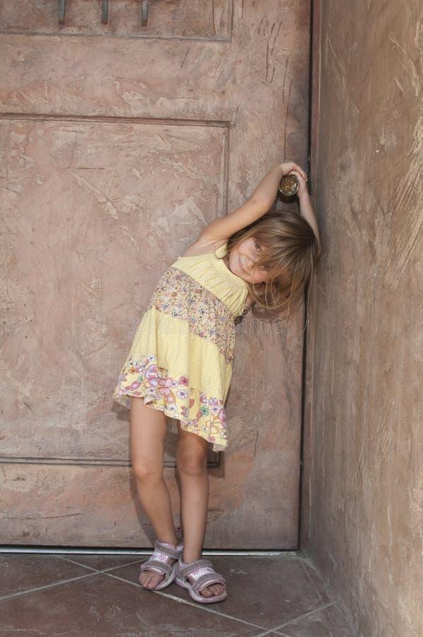 Doorknob da terra arrendada da menina   imagem de stock