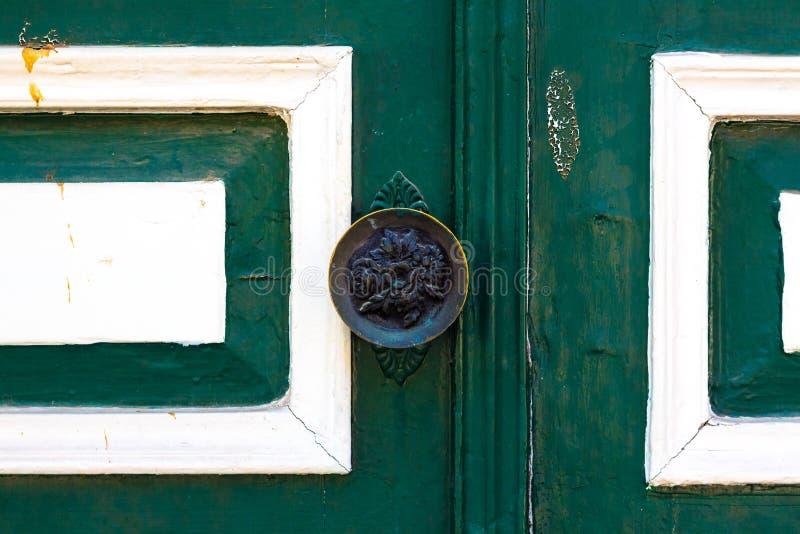 Doorknob na starym zielonym drzwi obraz royalty free