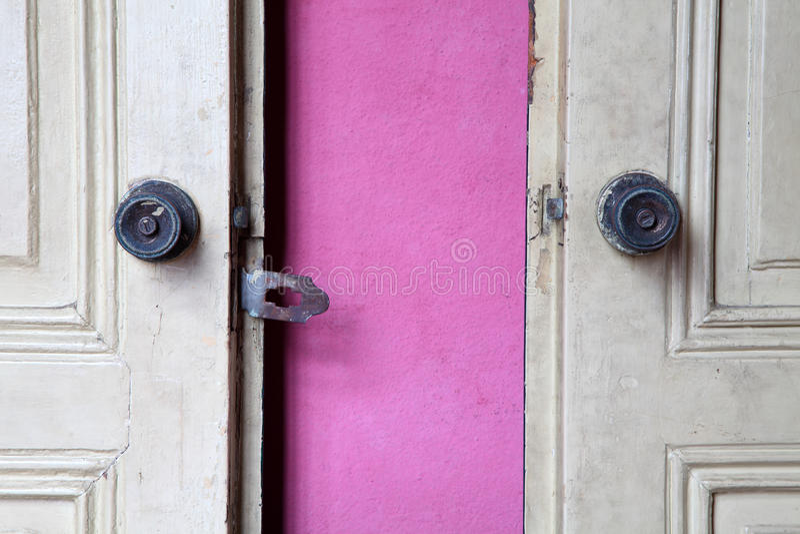 Doorknobs velhos do ferro na porta de madeira velha fotografia de stock royalty free