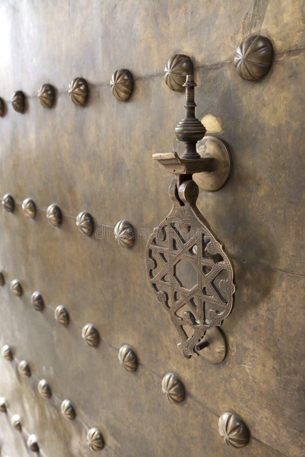 Doorknocker del metal en la puerta de cobre amarillo fotos de archivo libres de regalías