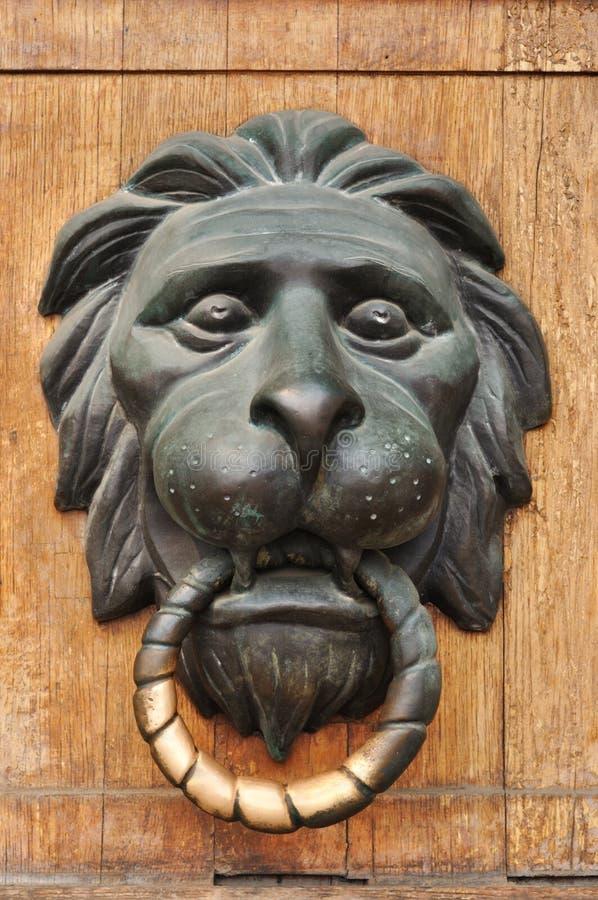 Doorknocker mit Kopf des Löwes stockfotografie